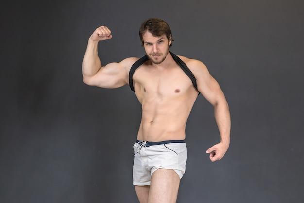 Muskulöser starker athletischer bodybuilder