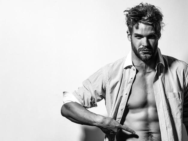 Muskulöses hemdloses männliches modell, das sexy nackten torso zeigt. metrosexuelle männer nackt. nackter oberkörper sportlicher heißer nackter kerl