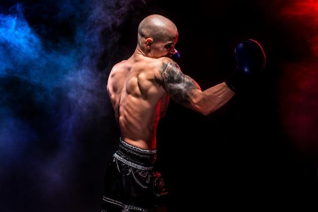 Muskulöses muay-siamesisches kämpferlochen