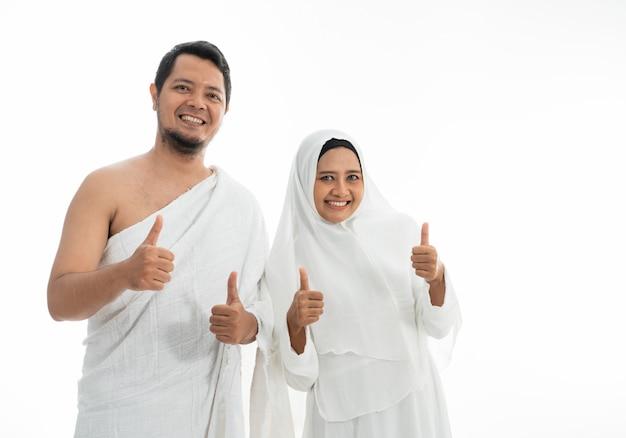 Muslim hajj umrah zeigt daumen hoch