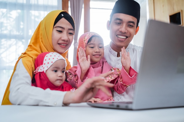 Muslim macht familienvideokonferenz