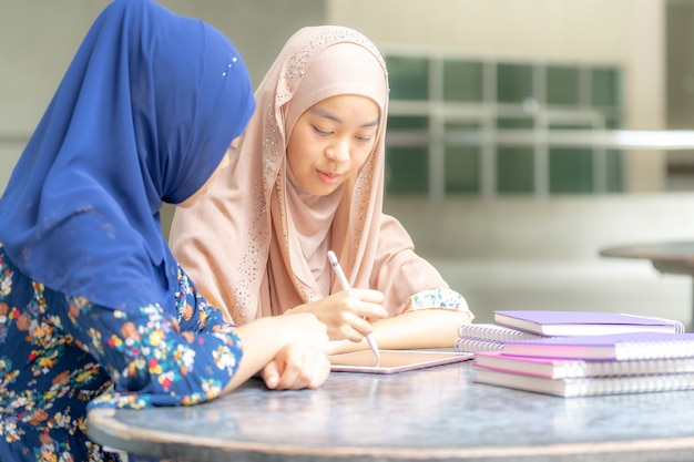 Muslim student lesebuch