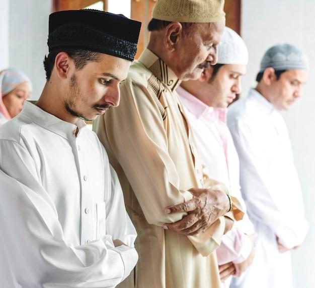 Muslime beten in qiyam haltung