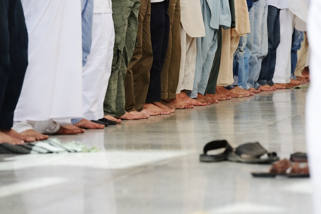 Muslime, die zusammen an der heiligen moschee beten