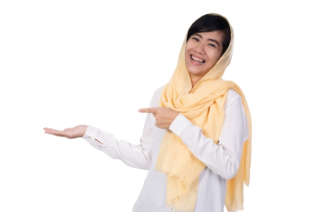 Muslimische asiatische frau isolierte präsentation