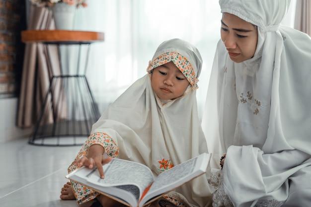 Muslimische eltern und tochter lesen koran