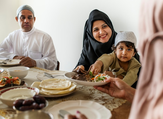 Muslimische familie, die ein ramadan-fest hat