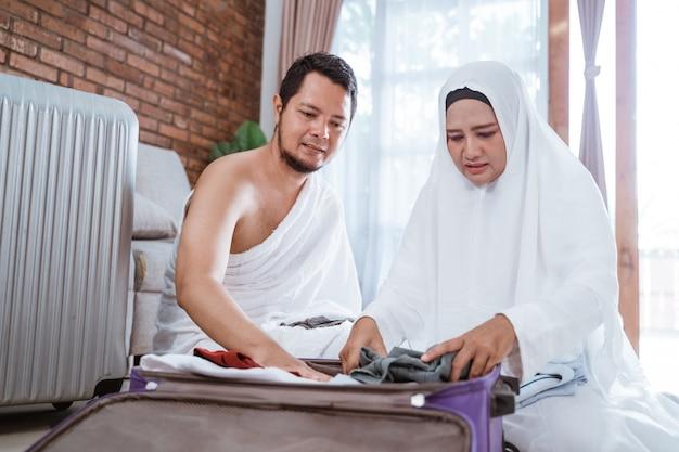 Muslimische familie, die gepäck vor hadsch vorbereitet