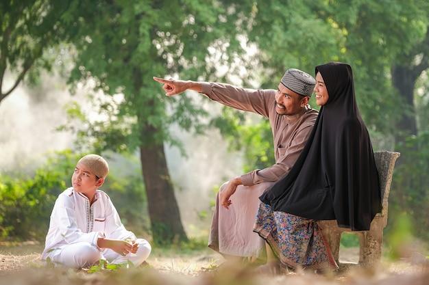 Muslimische familie mit warmem licht am morgen Premium Fotos
