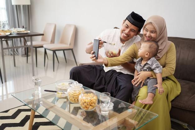 Muslimische familie telefonieren während des abendessens per video