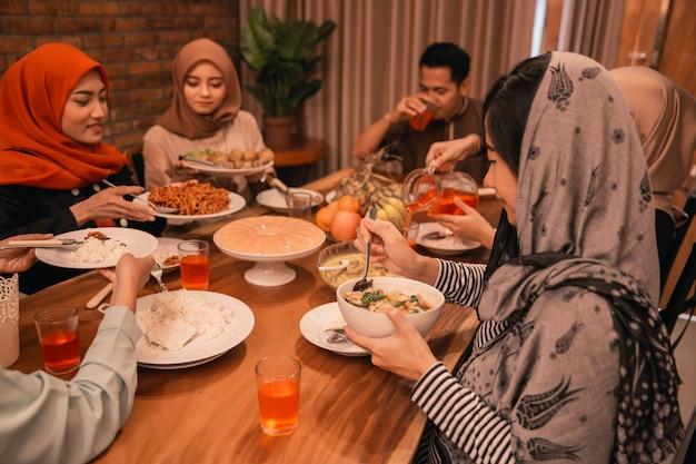 Muslimische familien brechen gemeinsam das fasten