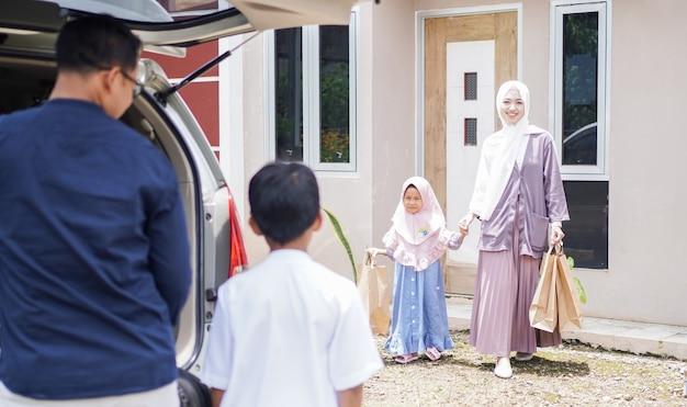 Muslimische familien reisen mit dem auto in ihre heimatstädte zurück, um eid zu feiern