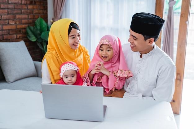 Muslimische familienvideokonferenz auf eid mubarak