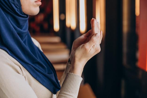 Muslimische frau, die am ramadan betet