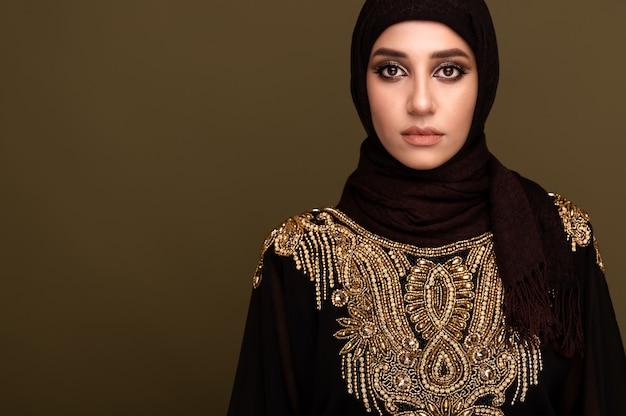 Muslimische frau, die einen hijab trägt