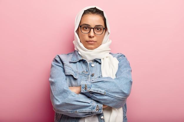 Muslimische frau, die jeansjacke trägt