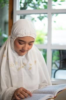 Muslimische frau, die koran liest