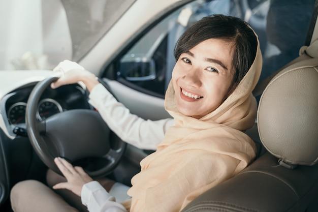 Muslimische frau fahren auto