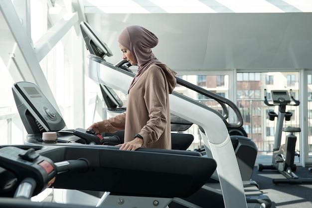 Muslimische frau im fitnessstudio