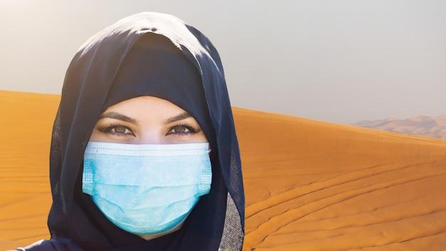 Muslimische frau im wüstensand. nahansicht