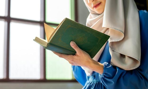 Muslimische frau liest aus dem koran