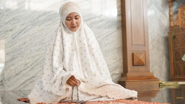 Muslimische frau macht dhikr in der moschee