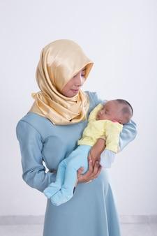 Muslimische frau mit ihrem baby