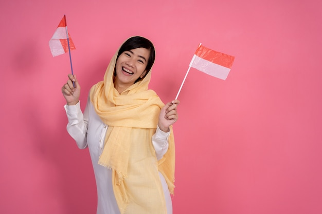 Muslimische frau mit indonesien nationalflagge