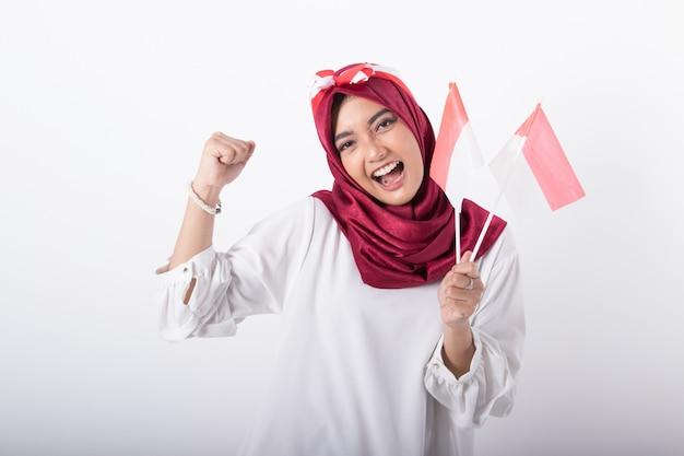 Muslimische frau mit indonesischen flaggen