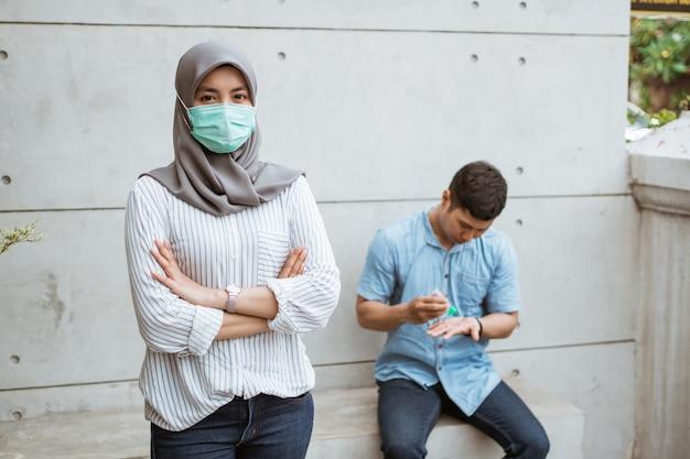 Muslimische frau mit masken.