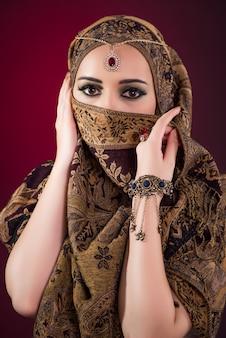 Muslimische frau mit schönem schmuck
