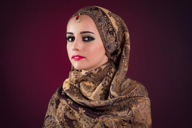 Muslimische frau mit schönen schmuck