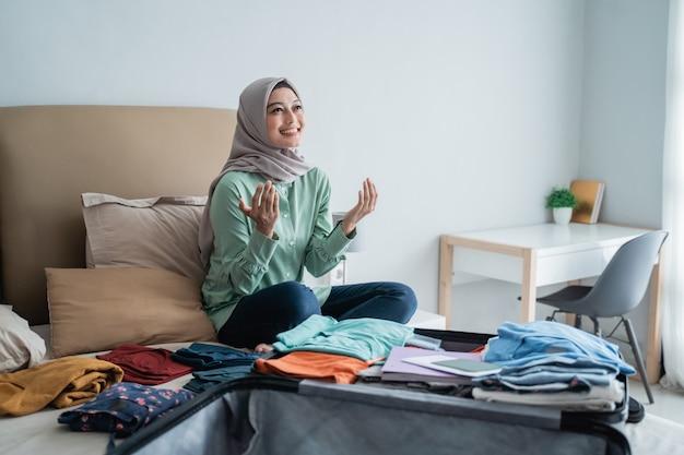 Muslimische frauen danken gott, bevor sie gehen
