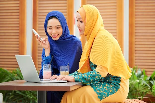 Muslimische frauen diskutieren projekt im café