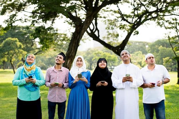 Muslimische freunde, die soziale medien nutzen