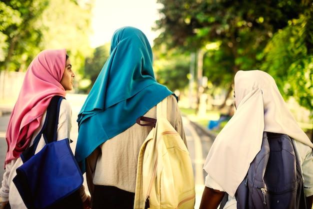 Muslimische freunde, die zusammen abhängen