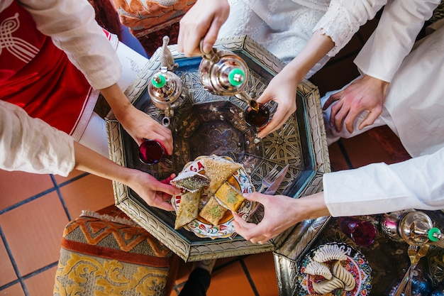 Muslimische freunde im restaurant