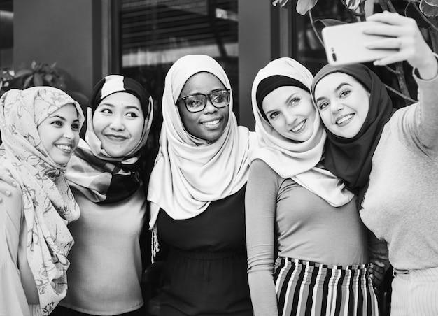 Muslimische freunde nehmen selfie zusammen