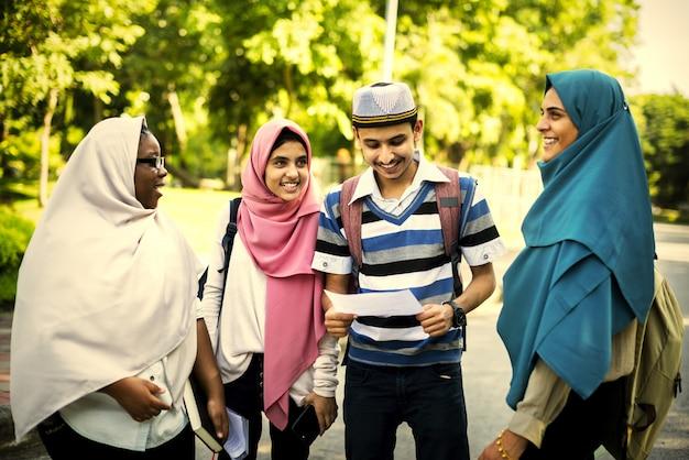 Muslimische freunde zusammen hängen