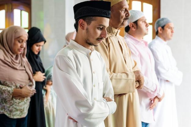 Muslimische gebete in der qiyaam-haltung