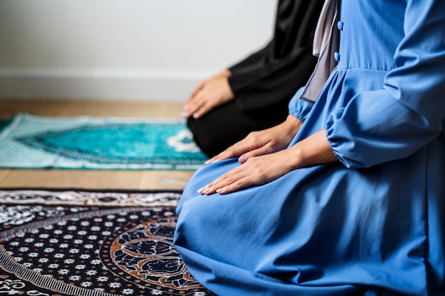 Muslimische gebete in tashahhud-haltung