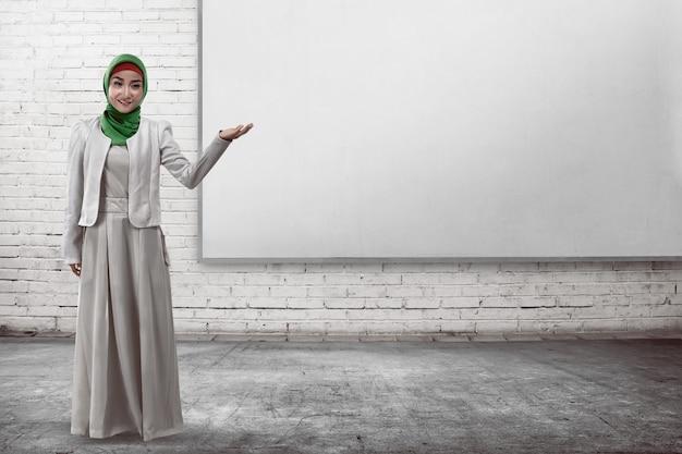 Muslimische geschäftsfrau zeigen etwas