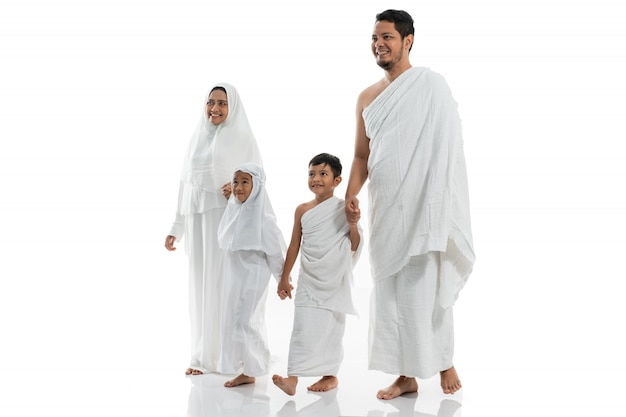 Muslimische hadsch-familie und kinder gehen und halten hand