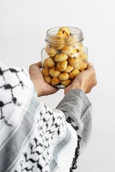Muslimische handgeste, die nastar hält