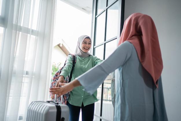 Muslimische junge frau begeistert von der begegnung mit ihrer mutter
