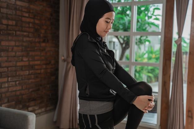 Muslimische junge frauen, die hijab-sportbekleidung tragen und sich dehnen