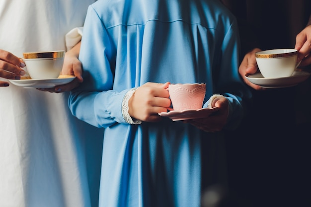 Muslimische kaukasische familie, die tee trinkt