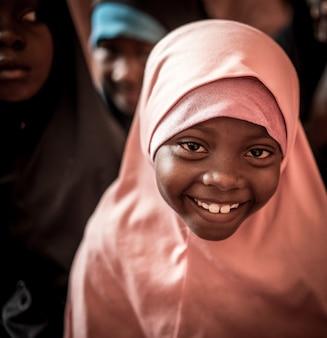 Muslimische kleine mädchen in der schule