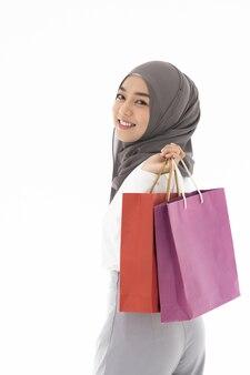 Muslimische mädchen einkaufstüten
