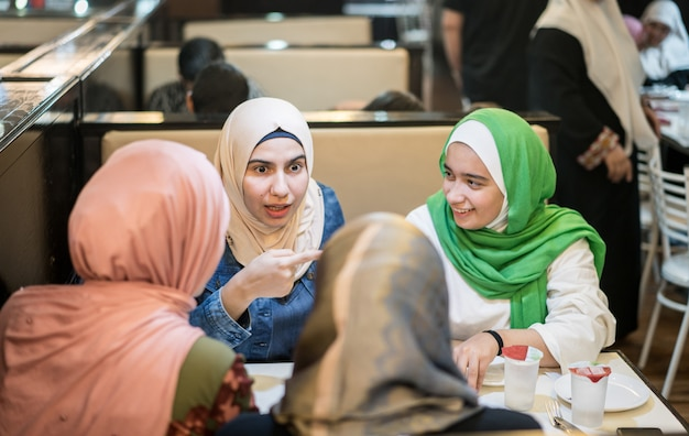 Muslimische mädchen im restaurant mit iftar